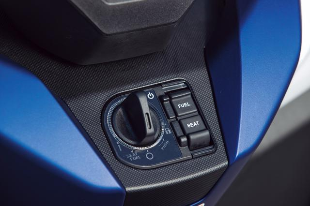 画像: スマートキーシステムを従来型から引き続き採用。右のシーソースイッチは給油口とシートのオープナーとなっている。