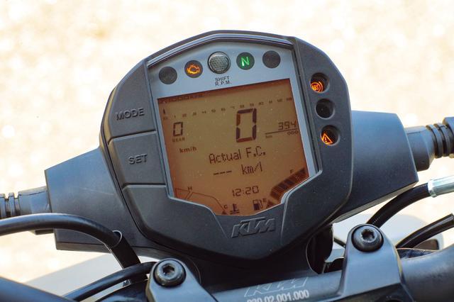 画像: 視認性の高い大型液晶デジタルメーターを採用。照明色はKTMのイメージカラーでもあるオレンジだ。