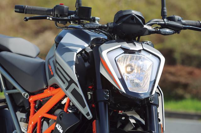 画像: スラントした独特の形状を持つヘッドライトはデュークシリーズ共通のアイデンティティ。ポジションはLEDだがライトはハロゲン。
