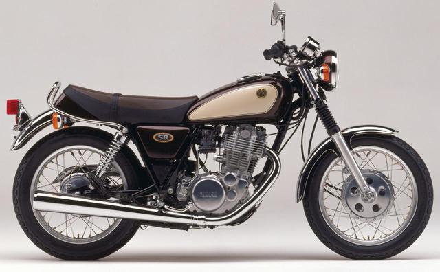 画像: 1991年東京モーターショーに出展され話題となった『SR400スペシャルエディション』を『SR400S』の名で1000台限定販売。カラーリングはヤマハの量産車第1号『YA-1』をイメージした「ミヤビマルーン」でサイドカバーにはクラブマーク風立体ロゴマークを採用した。発売当時価格:40万9000円