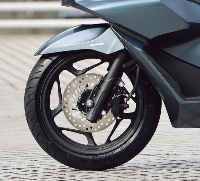 画像: キャストホイールはデザインを一新。試乗車の装着タイヤはIRC製。ABSはフロントのみの1チャンネル設定だ。
