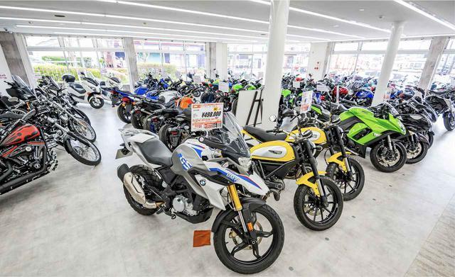 画像: 常時80台ほどの在庫があるバイク王秦野店。国産車、外国車問わず、排気量問わずラインアップできるのはメーカーに左右されない中古販売店の強み。