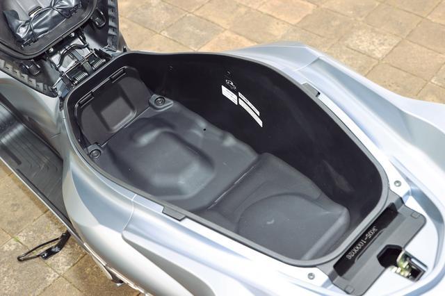画像: 28L→30Lに拡大されたトランクスペースは、さまざまな形状のヘルメットや多彩な荷物を余裕を持って収納できる。