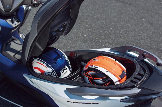 画像: 48L容量のトランクスペースは、形状の絶妙な工夫でフルフェイスヘルメットを2個収納可能。収納効率を高めるセパレーターも用意。