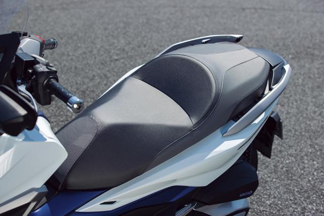 画像: シート高は780mm。スポーティなライディングにも見合った形状で、クッションもしっかりしたもの。グラブバーは左右分割タイプ。