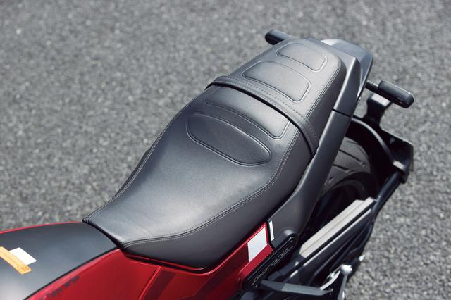 画像: 1ピースのシートは肉厚でクッションも柔らかめ。表皮にはワディングやダブルステッチもあしらわれ、所有感も高い。