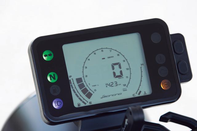 画像: 下部にレオンチーノのロゴをあしらった液晶メーターはシンプルで見やすい構成。中央に速度計、その周囲がタコメーターだ。