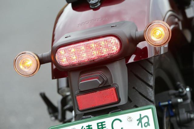 画像: オーバル形状でスリムなLEDテールランプ、フロント同様リング状発光のLEDウインカーもシリーズ共通。