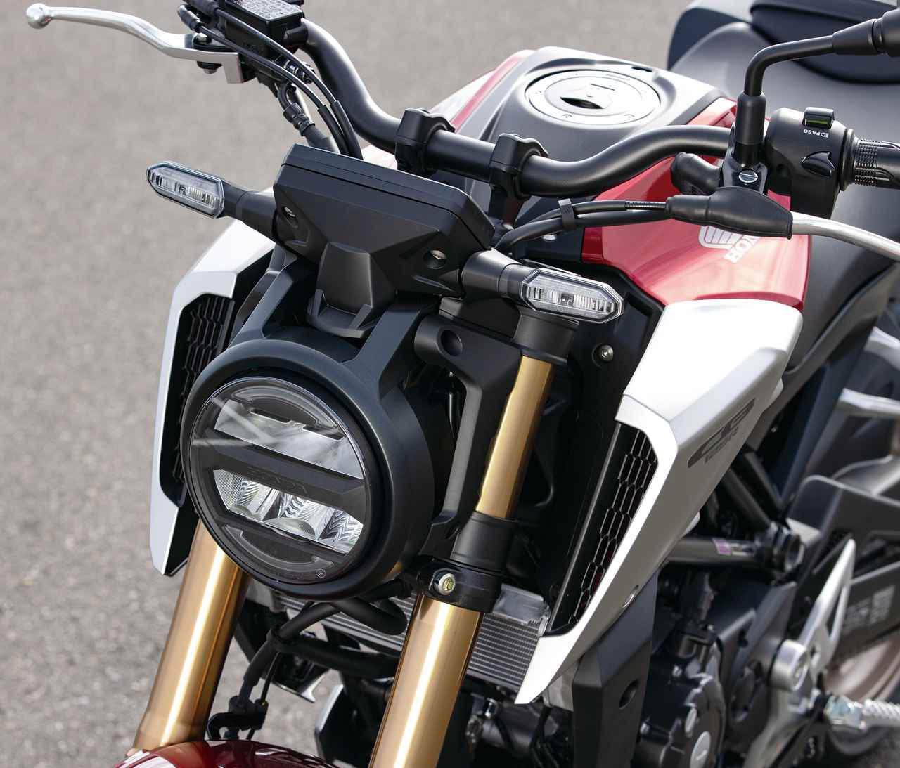 画像: LEDヘッドライトは兄貴分であるCB250Rとも共通のデザイン。ユニットを薄型とすることでマスの集中化も狙う。