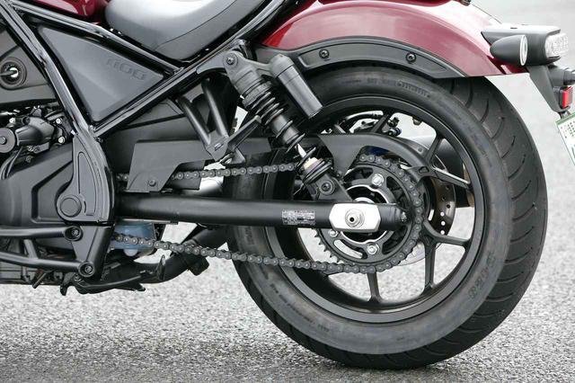 画像: スイングアームは50㎜径のスチール丸パイプ製。試乗車の装着タイヤはダンロップのD428となっている。