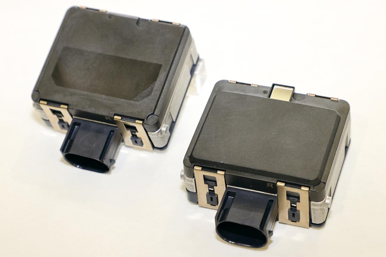 画像: 前方用のレーダーセンサーは160mの検知能力を持ち、ACC制御のコントロールユニットも内蔵している。左は後方用で、左右方向に80mセンシングする。