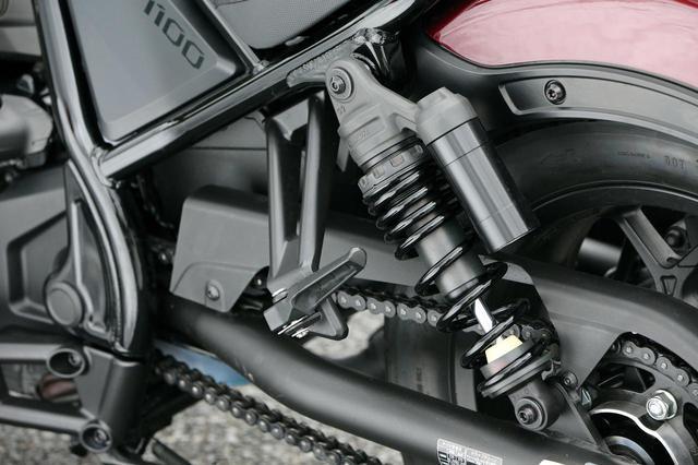 画像: ブラックアウトされ、精悍な雰囲気のショックユニットはスポーティな分離加圧式ビギーバックタイプ。