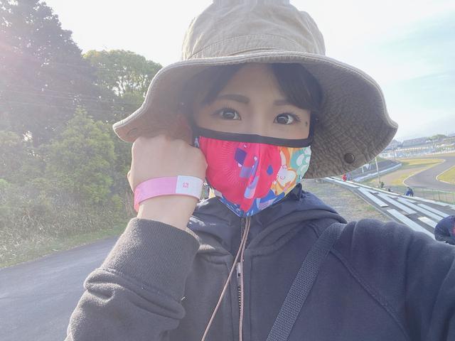 画像: 入場する際に検温が行なわれ、無事にクリアするともらえるピンクのリストバンド。