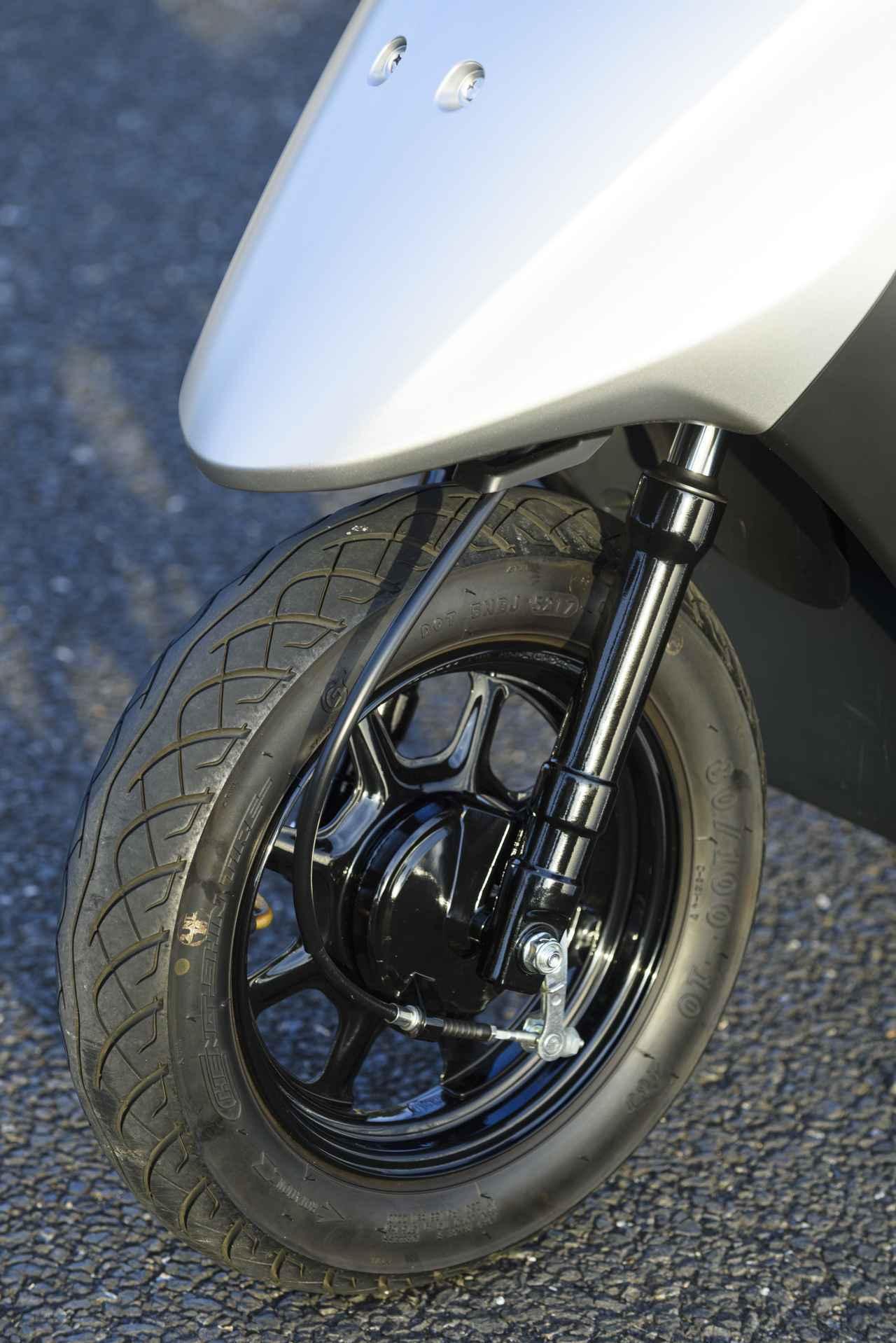 画像: 前後ドラムブレーキだが、左レバー(リアブレーキ)を握るとフロントも効くコンビブレーキを搭載。左ブレーキにはレバーロックがついていて、クルマでいうサイドブレーキとして使える。