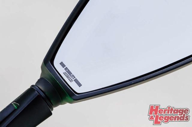 画像: ▲ワイドな視認性を獲得した曲率R1000の鏡面には、HIGH VISIBILITY MIRRORの文字もレーザーマーキングされる。