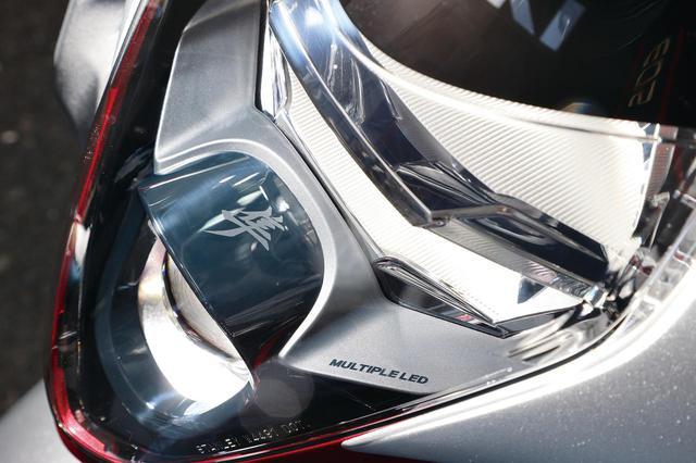 画像: 縦2眼のLEDヘッドライトは上がロービーム、下のプロジェクター部分がハイビーム。仕切りのプレートには「隼」のロゴも。