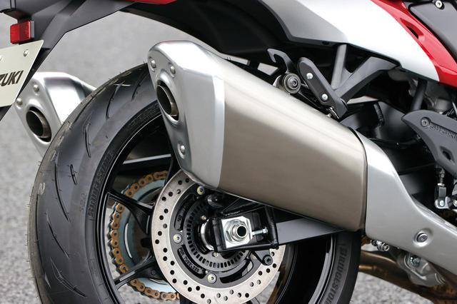 画像: サイレンサーはスラッシュ形状のユニークなデザイン。消音効果は高く、排気音は想像以上にジェントルだ。