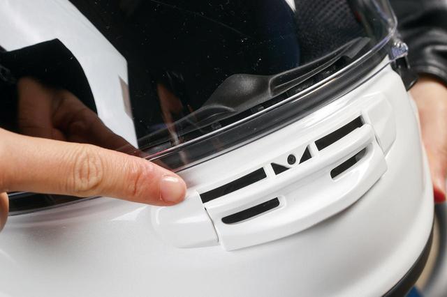 画像: チンバー部分のXGシャッターを開くと外気がダイレクトに入ってくる。スライド式で素早く開閉できることも特徴。