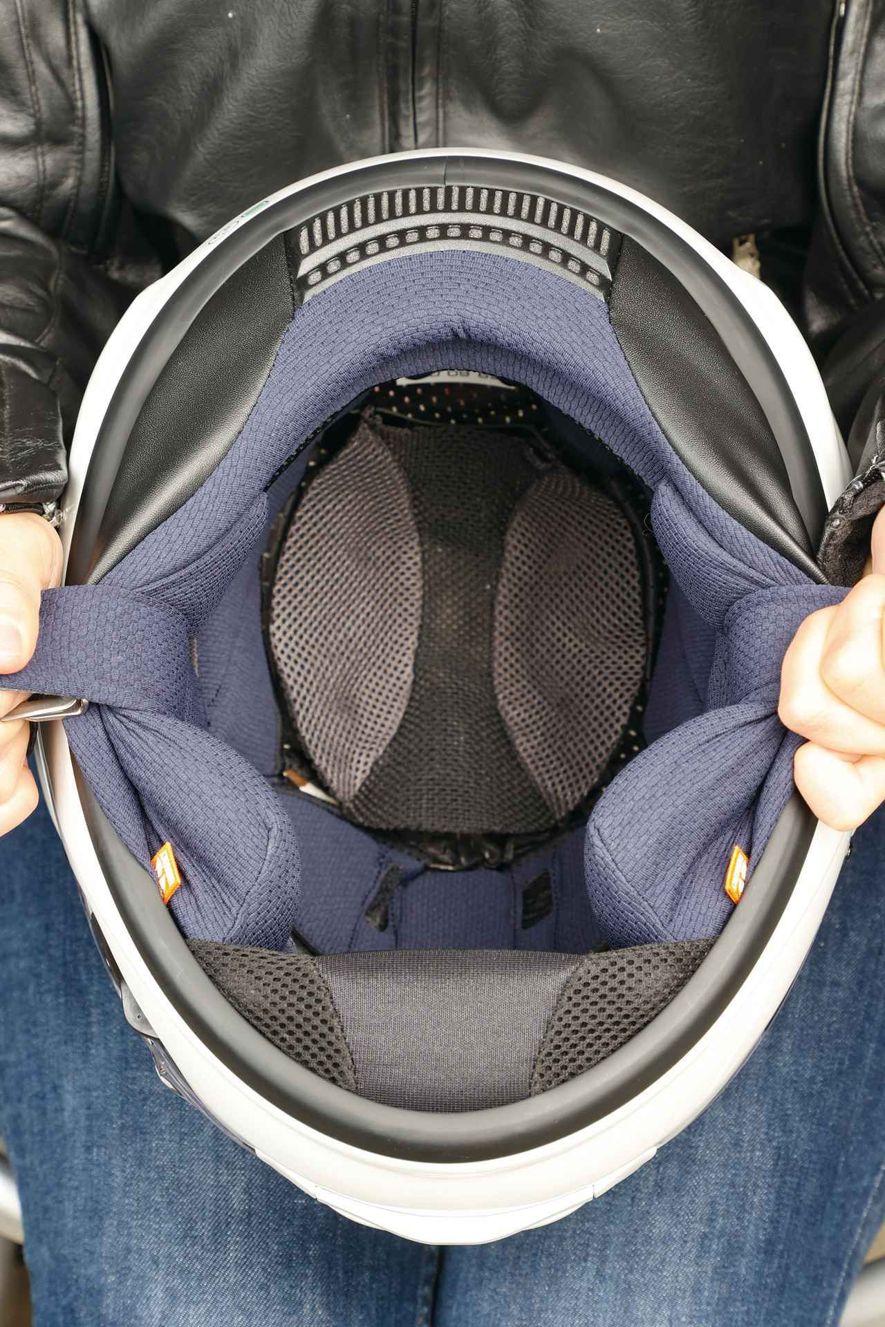画像: 長時間被り続けても疲れないようにフィット性をチューニングした内装システムを採用。帽体の裾を前後左右に5㎜づつ広げたことで被り脱ぎもスムーズ。