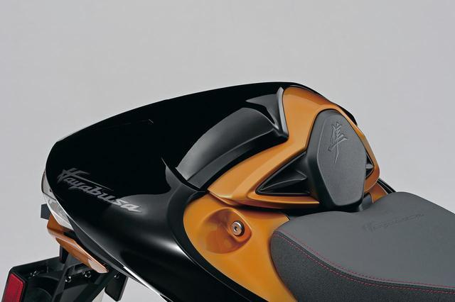 画像: シングルシートカウル (税込価格:2万7500円) タンデムシートと交換するタイプ。標準色は4月、カラーオーダー車用は6月発売。