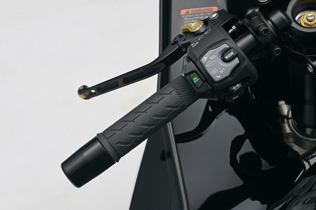 画像: グリップヒーター (税込価格:2万9700円) ツアラーには欠かせないアイテムのひとつ。温度調整は左グリップ脇のスイッチで可能。