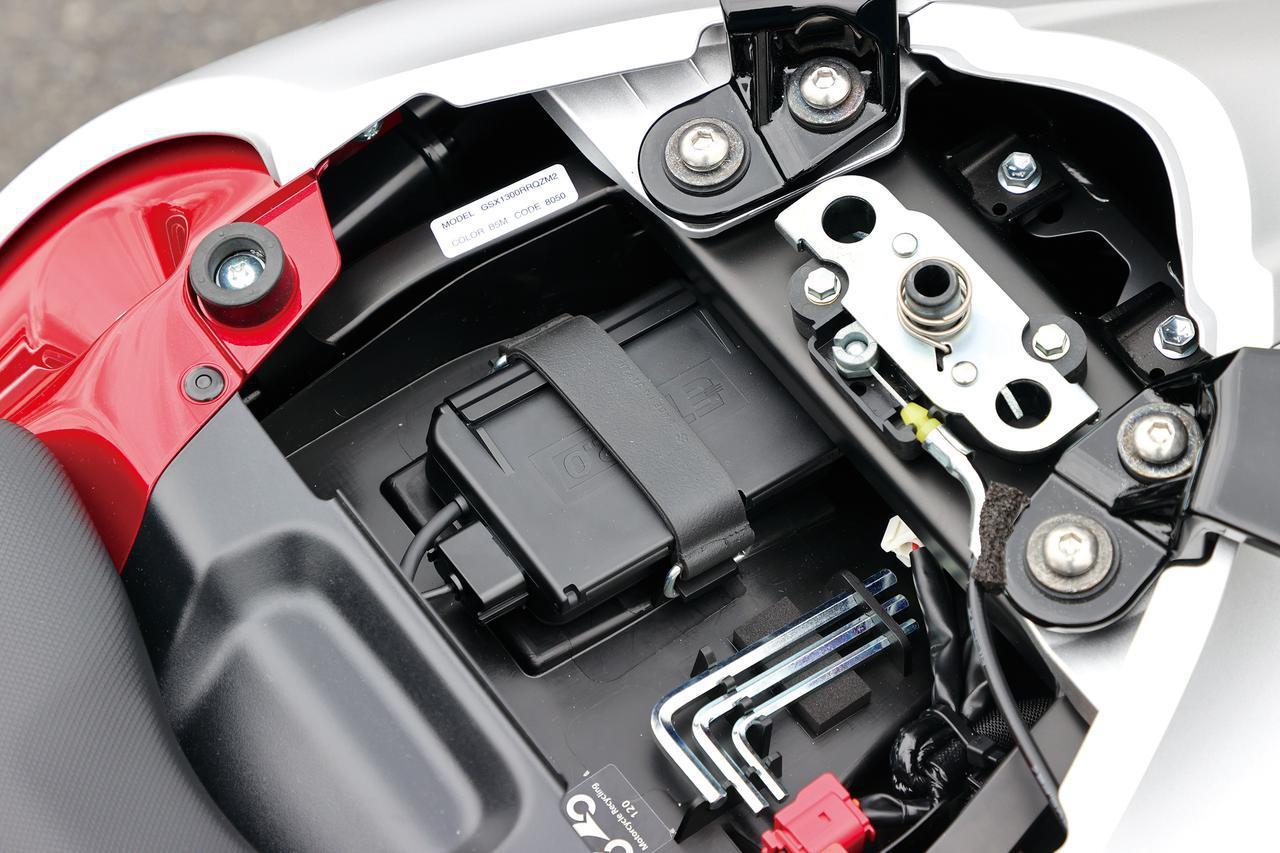 画像: タンデムシート下にはツアラーの必需品、ETC2.0車載器を搭載、メーター内にもETC表示が加わっている。