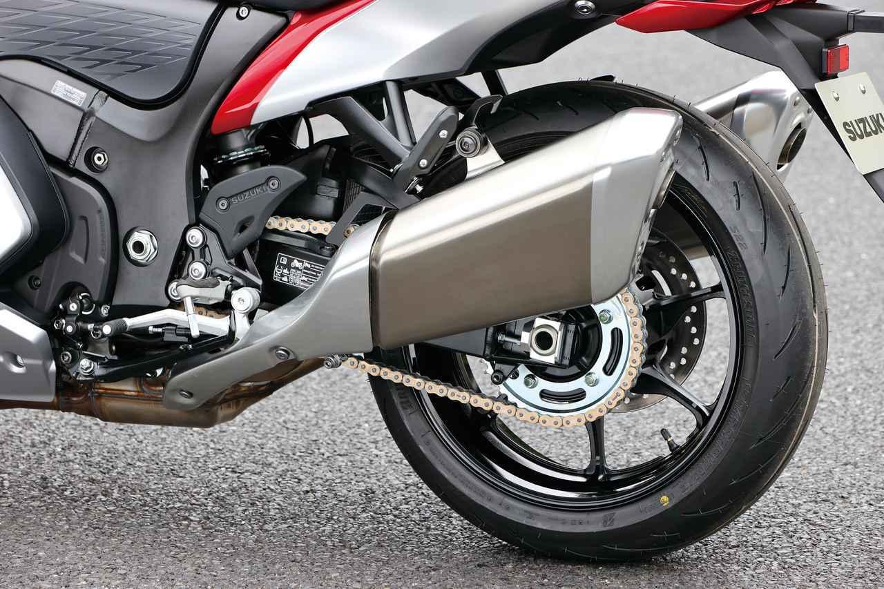 画像: フルアジャスタブルのリアサスはKYB製、スイングアームは従来のものを踏襲。装着タイヤはBSのS22。