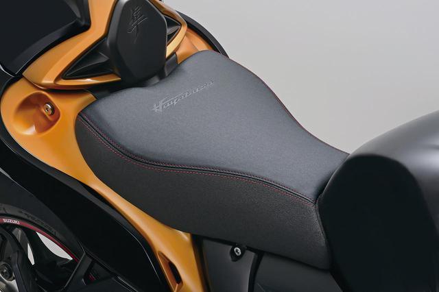 画像: カラーシート (税込価格:2万1780円) レッドのステッチと「Hayabusa」ロゴをあしらい、サイドには滑りにくい表皮を採用。