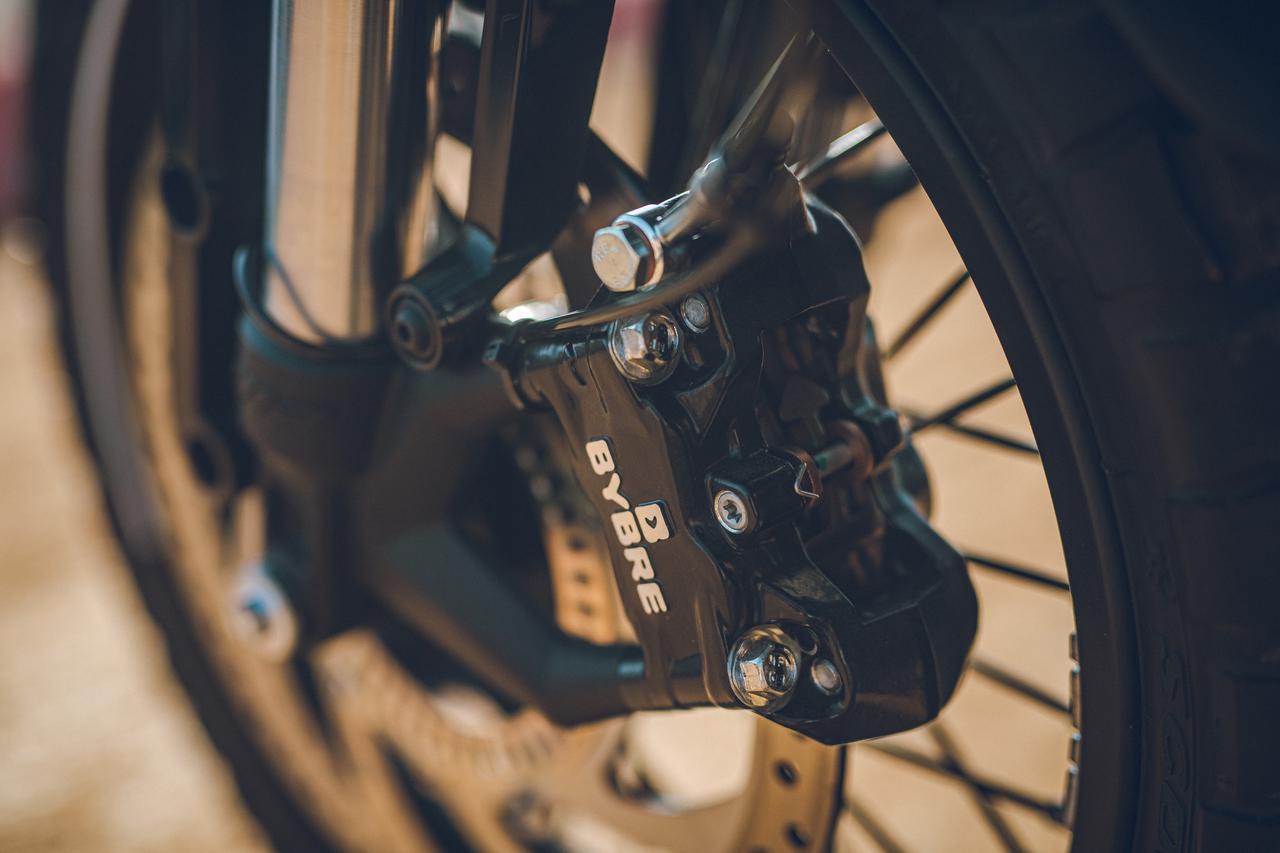 画像: ▲最近ではすっかり見慣れた「BYBRE」は、アジア生産のモデルによく採用されているブレンボグループのOEMメーカー。By Brembo(ブレンボ製)の略である。