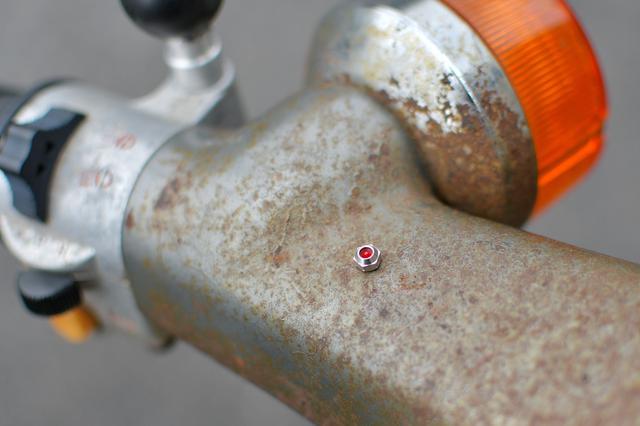 画像: 作業中は、適当な鉄部分にはっつけておくとちょっとだけ安心。