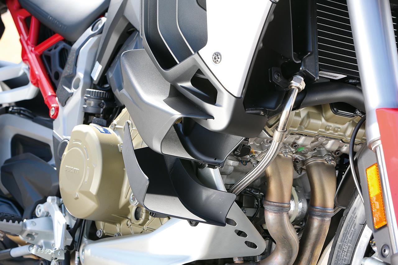 画像: エンジンの前方にはダブルウィングも装備。ダウンフォースを発生させると同時に、ラジエターの熱風からライダーを守っている。
