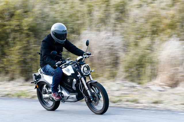 """画像1: 電動バイクは日本でも""""アシ""""になるのか? 5台の海外製モデルを乗り比べてみた【最新電動バイク解説】"""