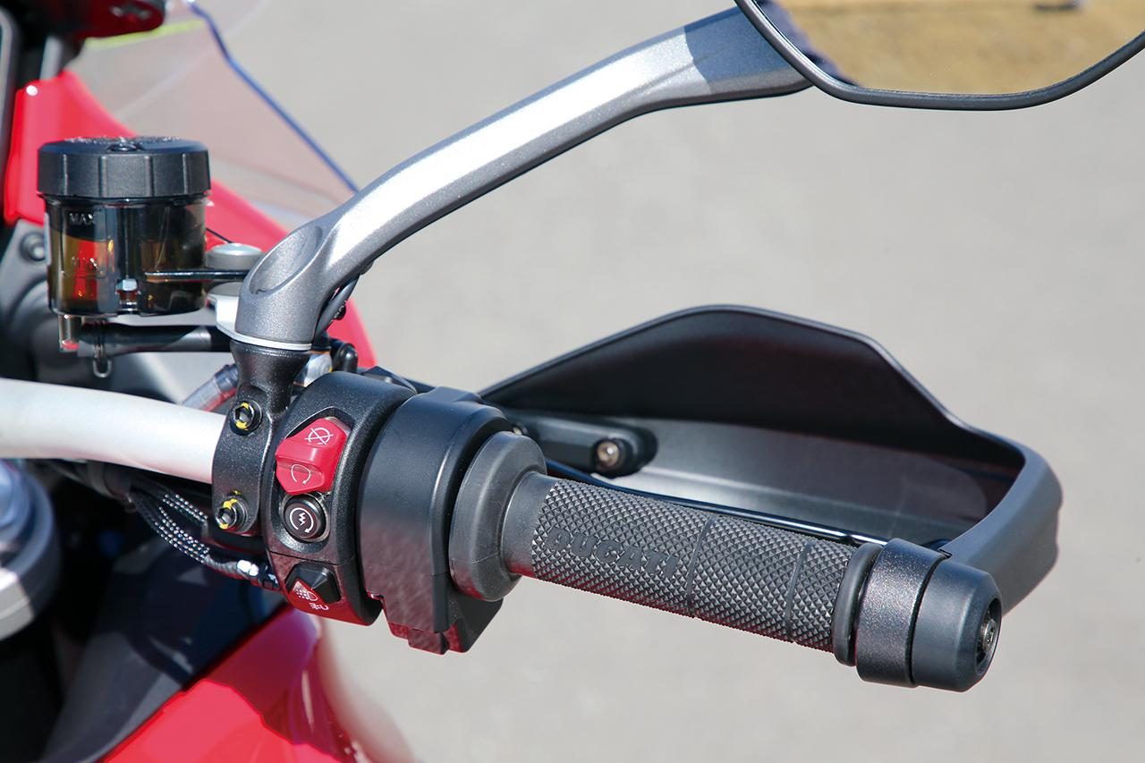 画像: V4Sだけでなく、スタンダードなV4やV4Sスポーツなど、シリーズ全車にハンドガードを装備。