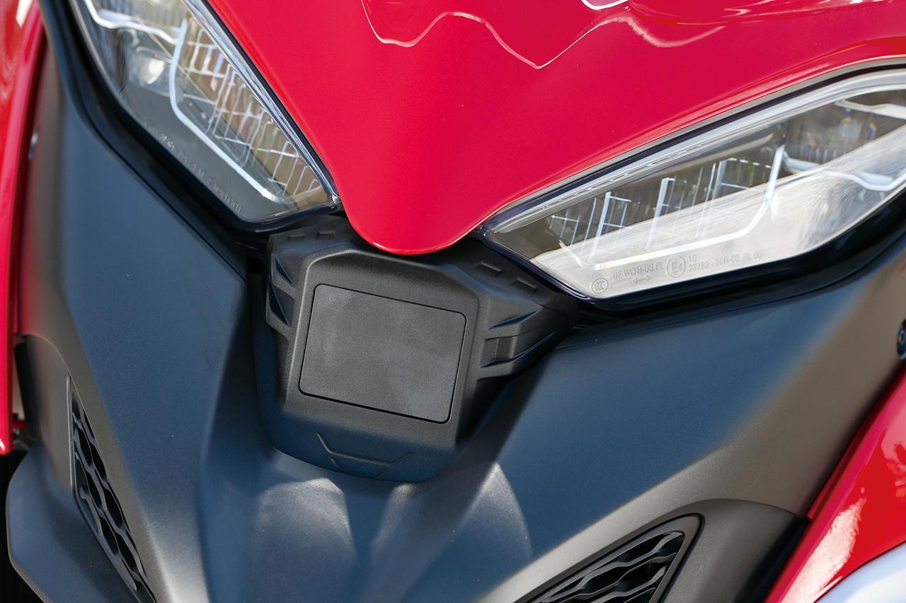 画像: DRLも備えるフルLEDデュアル・ヘッドライトの中央、くちばし状のノーズにある、黒くて四角いパーツがフロントのレーダー。