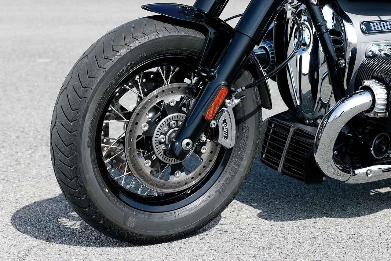 画像: フロントは16インチ化され、130サイズという太めのタイヤを履く。試乗車のタイヤはBS製のバトルクルーズH50。