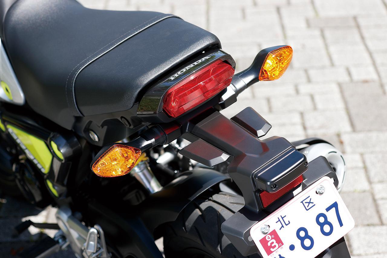 画像: テールランプは従来型から継承。六角形デザインのテールライトはLEDで、左右ウインカーはオーソドックスな電球式。