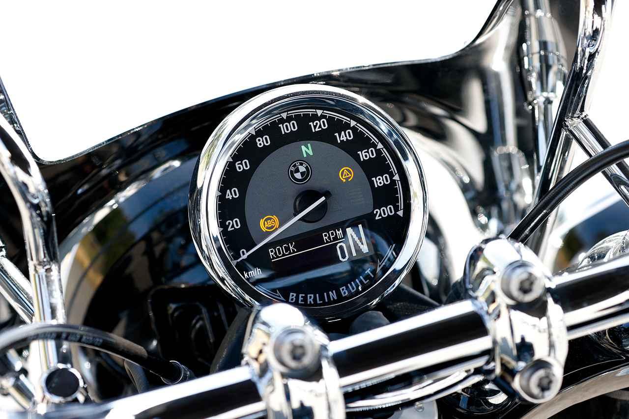 画像: 文字盤下部に備わる反転表示液晶モニターはギアポジションやライディングモード、エンジン回転数などを表示。