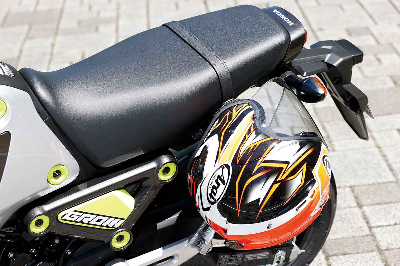 画像: ヘルメットホルダーも完備。シートレールは溶接からボルト篏合式となり、修理、交換が容易になった。