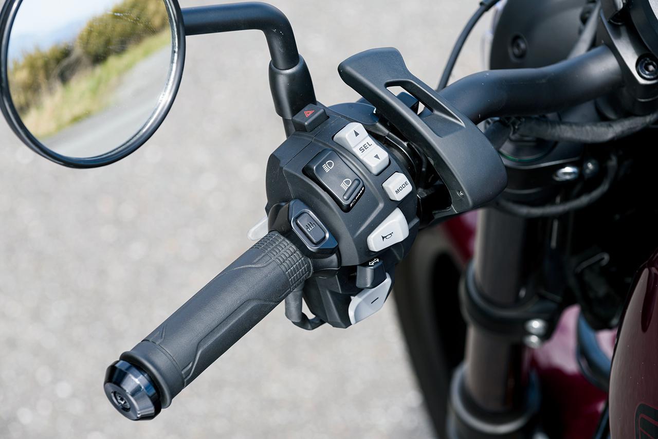 画像: ハンドル左側には、パーキングブレーキレバーやシフトアップ&ダウンスイッチなどを配置する。