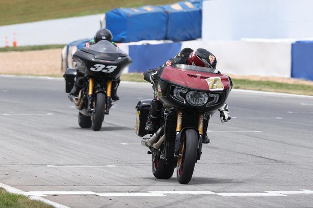 画像: ビッグクルーザーにパニアケースを付けて走るレース King of the Baggers でタイラー・オハラが優勝!
