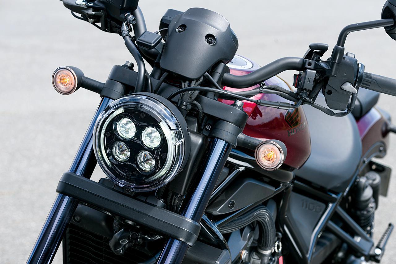 画像: LEDを4つ配置した、個性的なデザインのヘッドライト。なお灯火類はすべて、LEDを採用。
