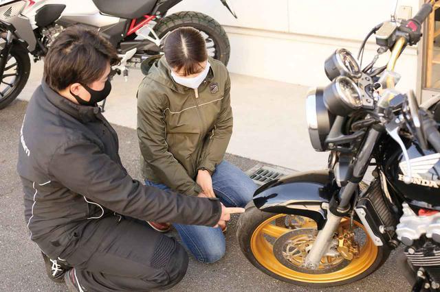 画像: タイヤは交換時期⁉ 真ん中しか使わないので(笑)、まだ溝の深さもサイドのヒゲが残っていますが、よく見ると劣化による細かいひび割れが…!