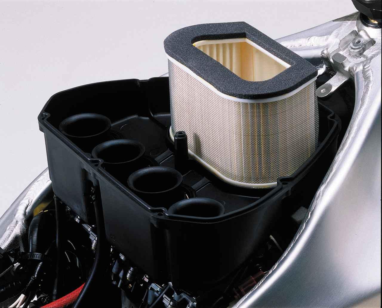画像: キャブレターはミクニの負圧可変ベンチュリーを持つBDSR40。エアボックスには2個の吸気ダクトを持つ。