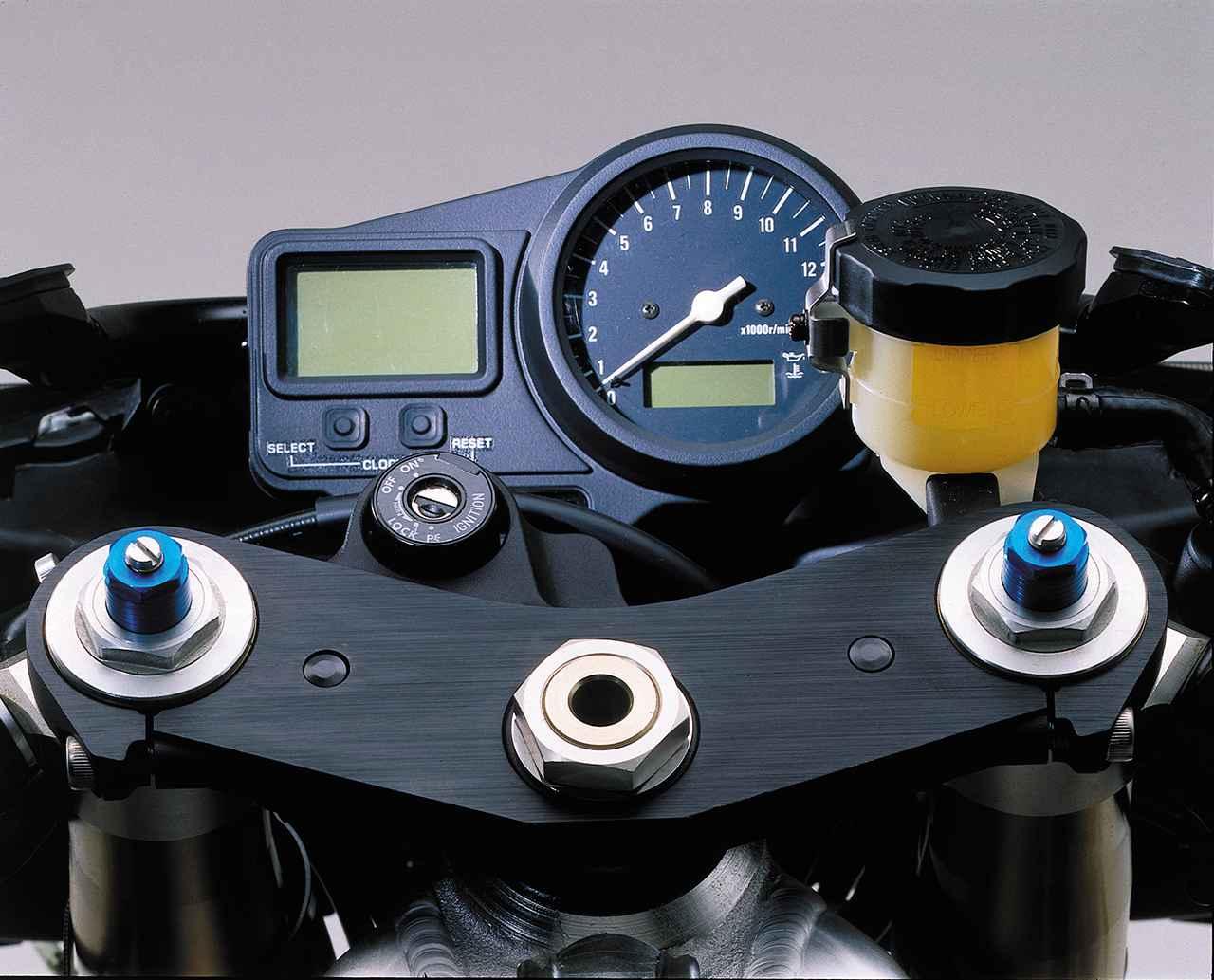 画像: アナログタコとデジタルメーターの組み合わせ。モニターにはスピード、走行可能距離、時計などを表示する。
