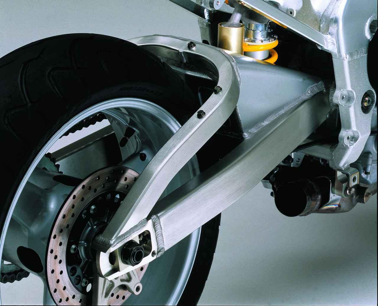画像: コーナリング中のアクセル・オン/ オフによるタイヤの接地点の移動を小さくするロングスイングアーム。ドライブチェーンのテンション管理にも寄与している。リアショックのボトムリンクはブーメラン式を採用。