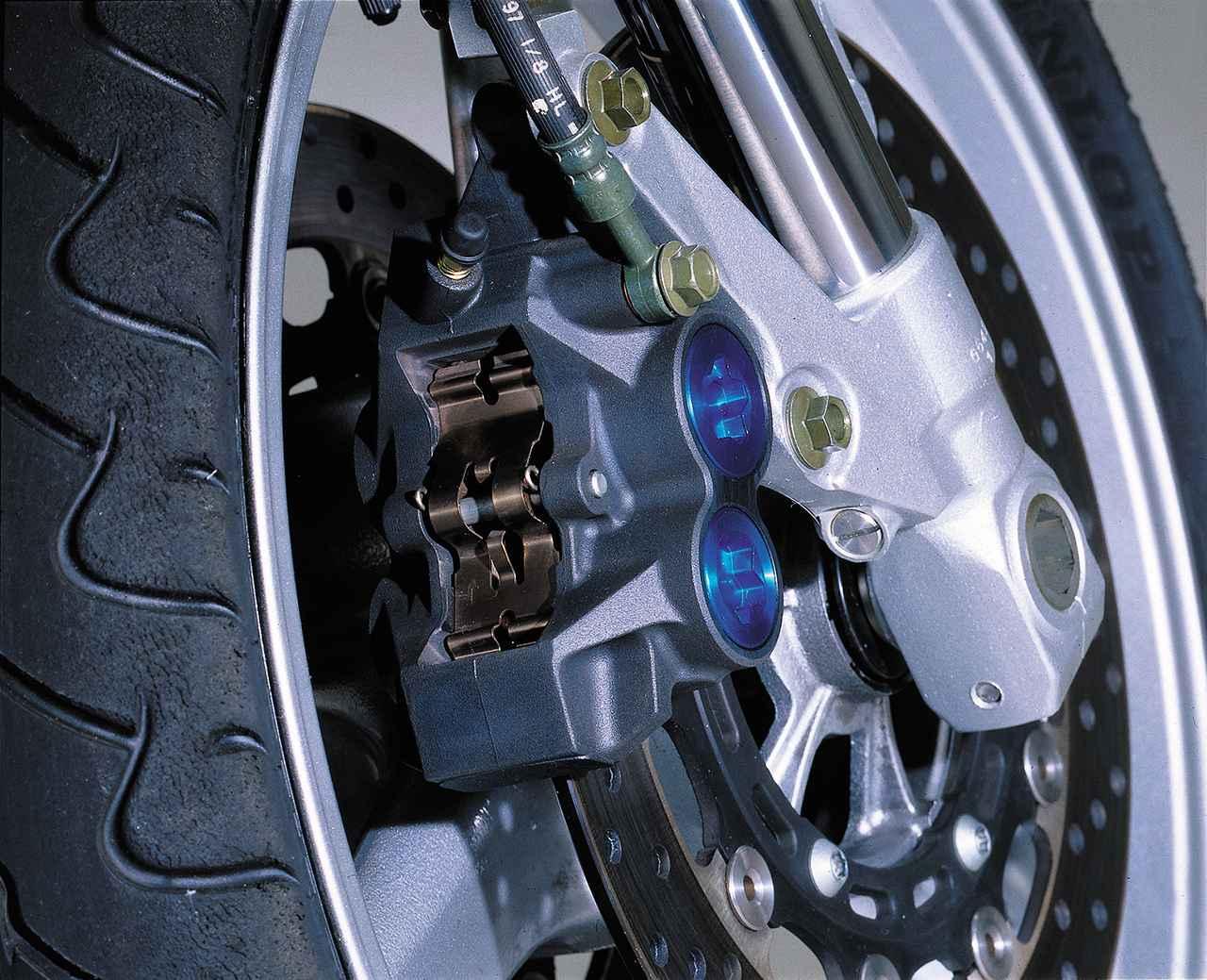 画像: Φ30.2/27.0mmの異径4ピストンの一体鋳造式ブレーキキャリパー。フロントのディスクローター径は298mm。