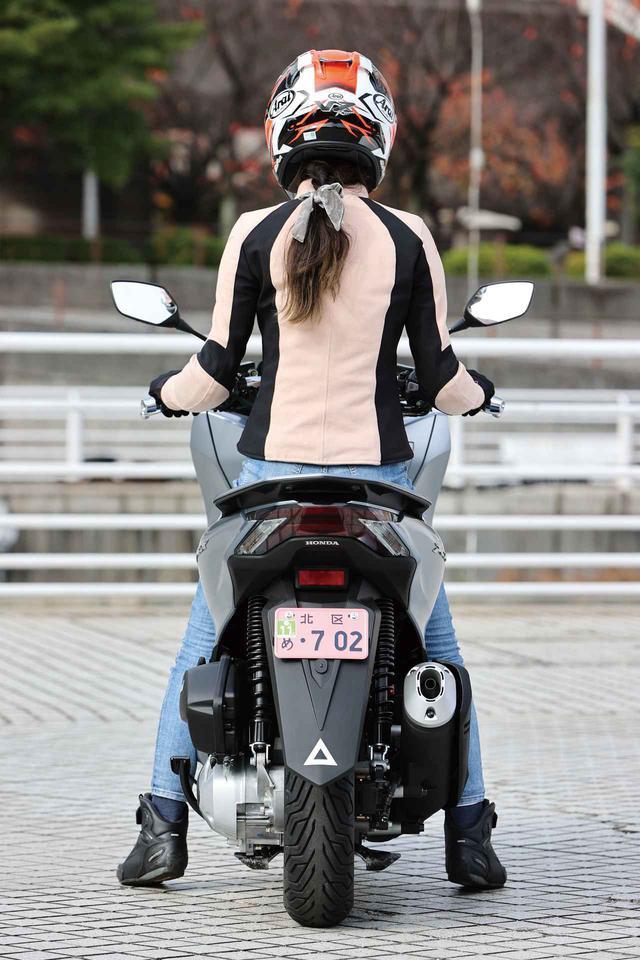 画像: 【足つき】ホンダ「PCX」の足つき性と人気カラー投票 - webオートバイ