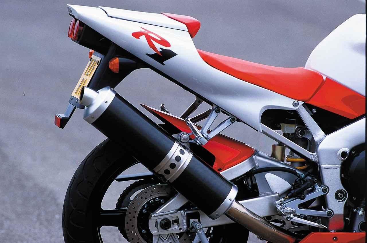 画像: 初代R1は純正でカーボンサイレンサーを装着。2000年の2代目からはチタン製サイレンサーにチェンジされる。