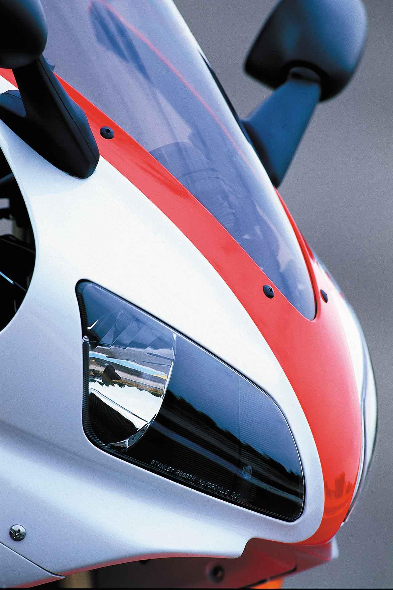 画像: スラントしたデュアルヘッドライトも初代R1の特徴。この攻撃的なデザインもスーパースポーツの標準となった。