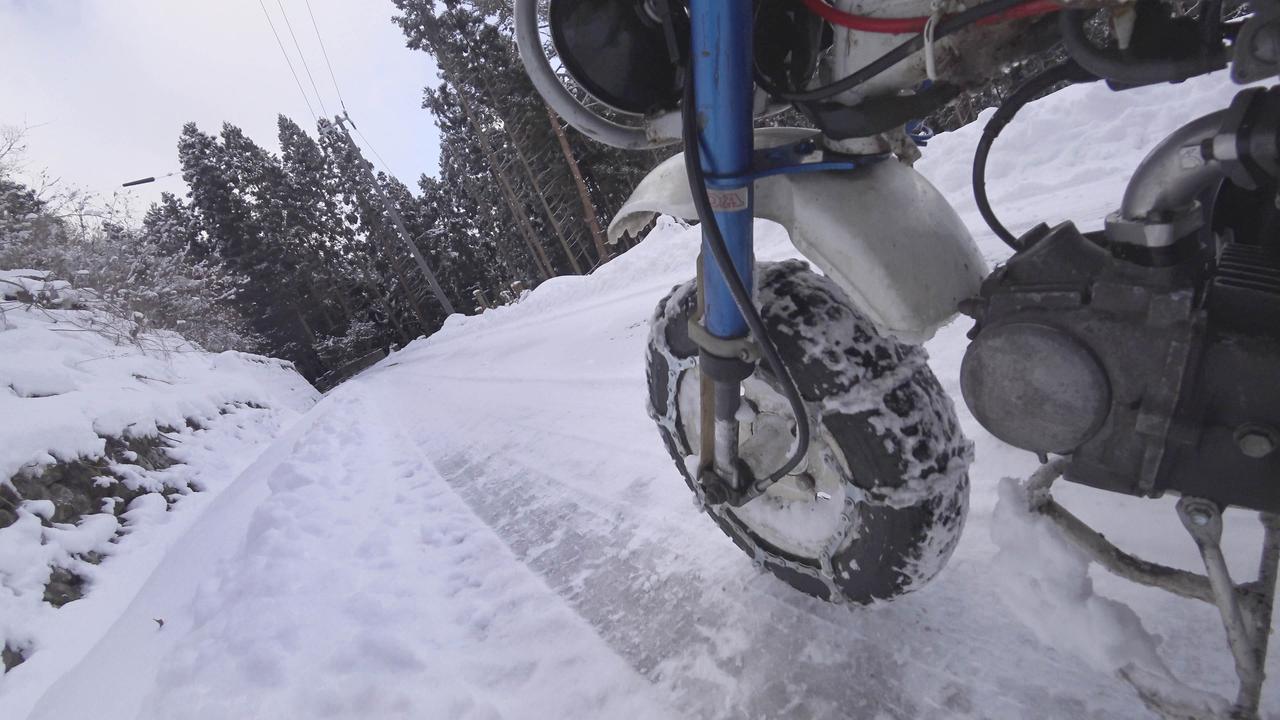 画像1: 原付バイクにチェーンを巻いて雪道を走ってみた! タイヤチェーンの効果や欠点と、雪景色の魅力を紹介〈関野温の絶景もとめて撮影旅 Vol.1〉